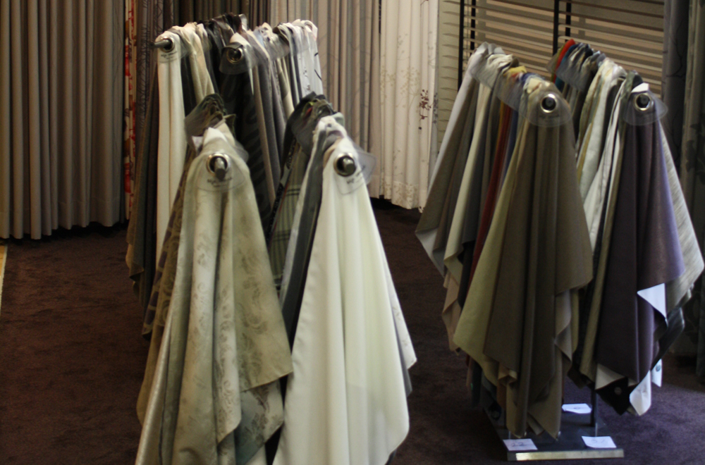 bij klinkers wonen en slapen worden alle gordijnen op maat gemaakt in het eigen atelier vanuit de showroom loopt u zo het atelier in u zou zomaar getuige